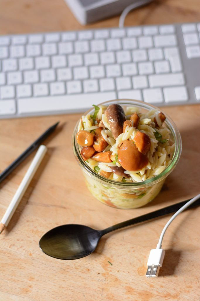 Nudelsalat mit gemischten Pilzen, Trüffelöl und Basilikum