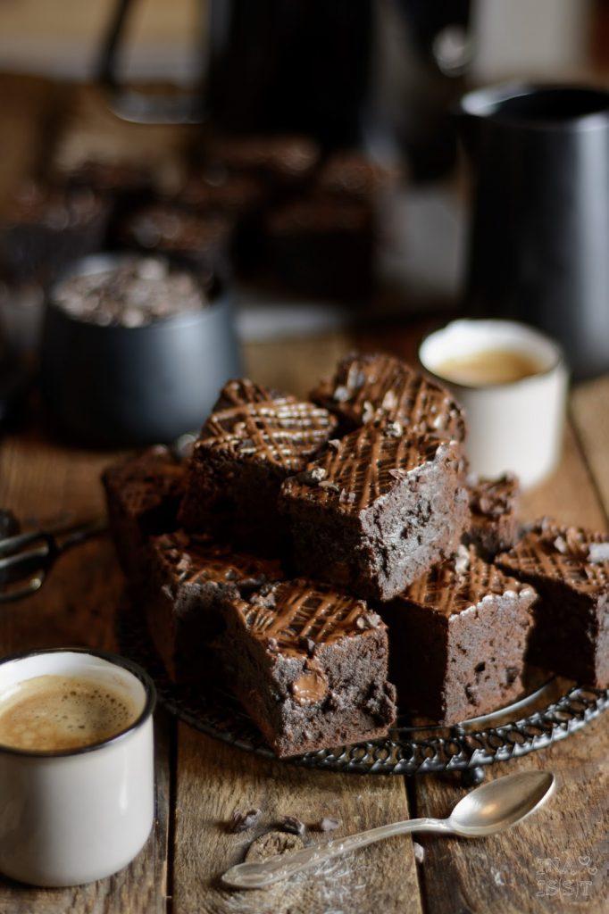Espresso-Brownies mit dunkler Schokolade und rohen Kakaonibs, Mokko Brownies, Espresso Brownies, Brownie Rezept, Ina Is(s)t