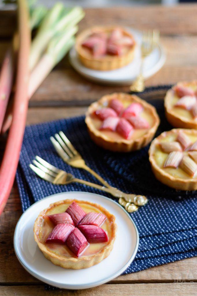 Rezept für Rhabarber Tartelettes mit Rosmarin-Vanille-Creme