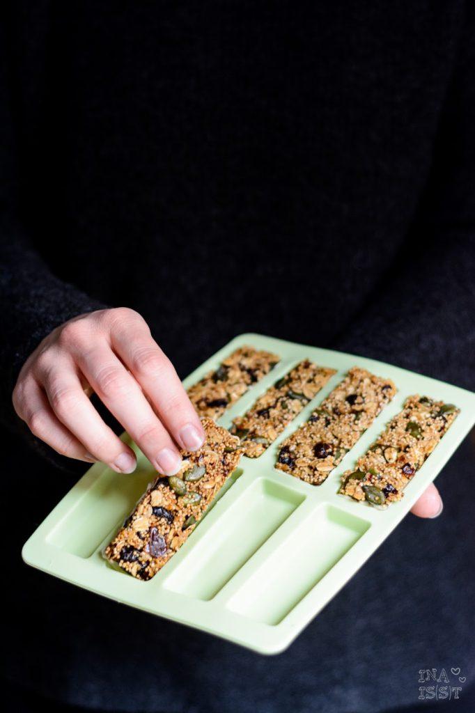 Knusprige Müsliriegel mit Amaranth, Kürbiskernen, Cranberries und weißer Schokolade, Rezept Müsliriegel, Müsliriegel selber machen