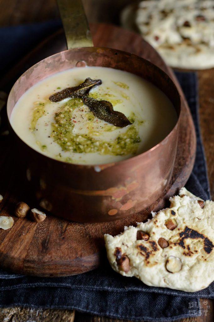 Rezept für Cremige Blumenkohlsuppe mit Salbei-Pesto und Haselnuss Naan