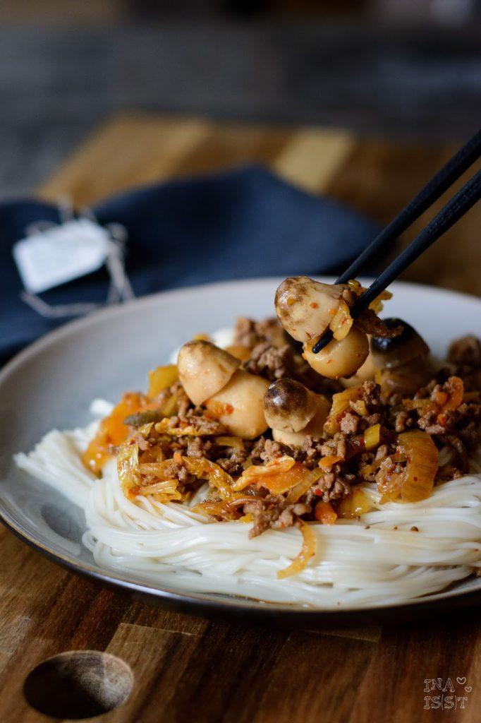 Rezept für Japanische Somen im Kimchisud mit Hackfleisch und Reisstrohpilzen; Ina Is(s)t, Asiatisches Rezept