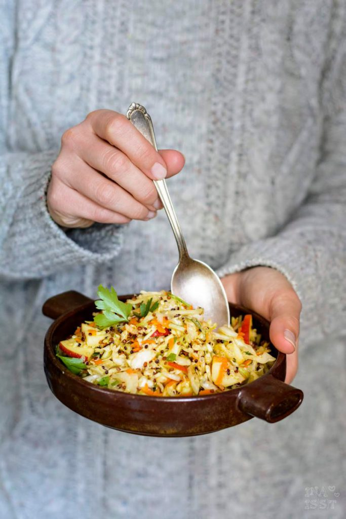 Rezept für Spitzkohlsalat mit buntem Quinoa und Apfel, Salatrezept Kohl