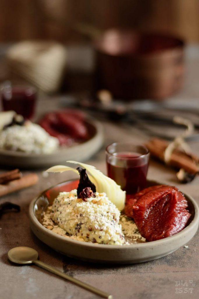 Rezept für Quinoa Dessert mit Schokolade, Weiße Quinoa Trüffel-Nocken mit Hibiskus-Pflaumen