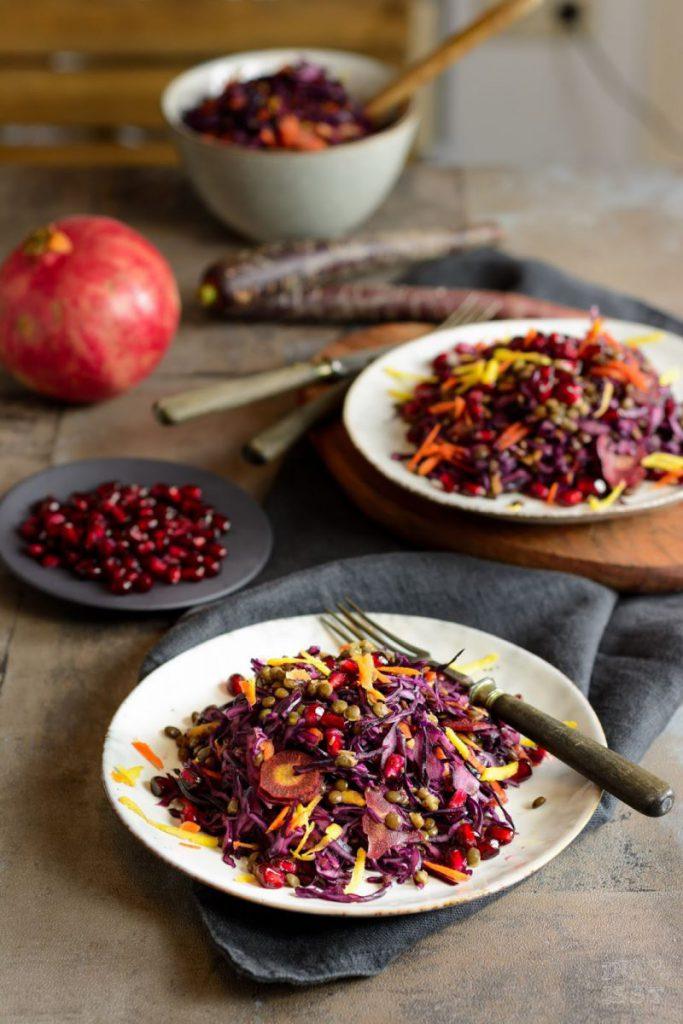 Rezept für Purple Curry Rotkohlsalat mit Granatapfel und Linsen