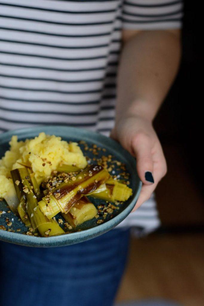 Rezept für Geschmorter Lauch mit Honig-Hafercrunch und rauchigem Kartoffelstampf