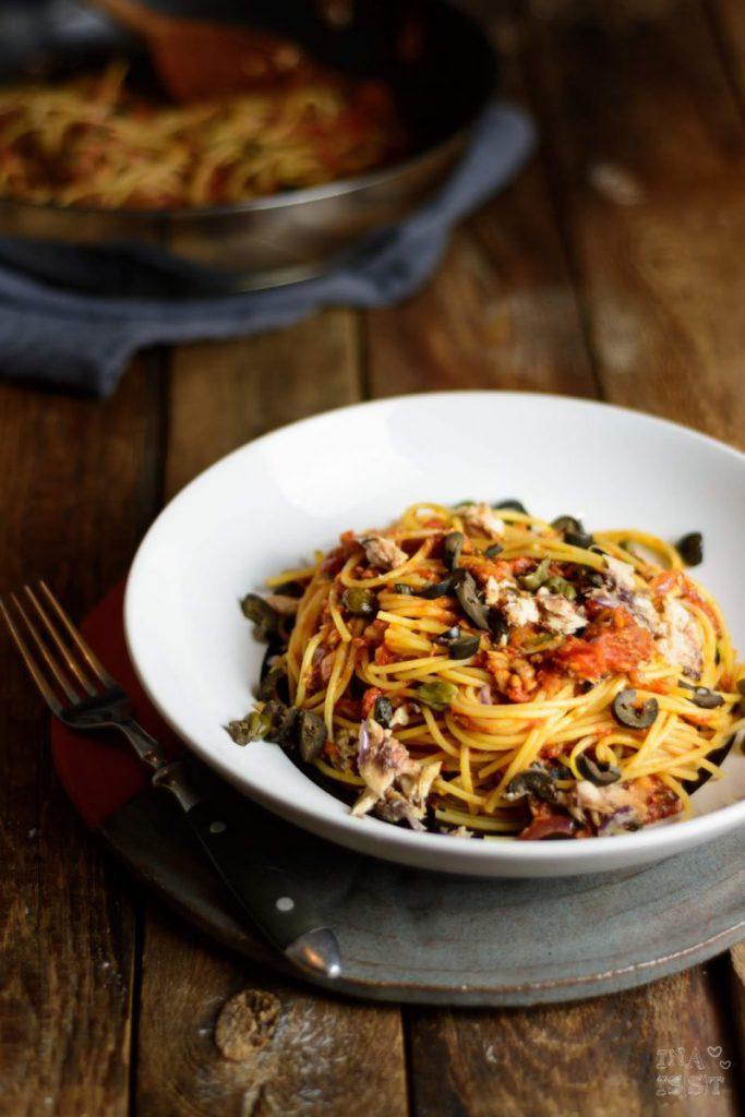 Rezept für Spaghetti alla puttanesca - mit Sardellen, Kapern und schwarzen Oliven