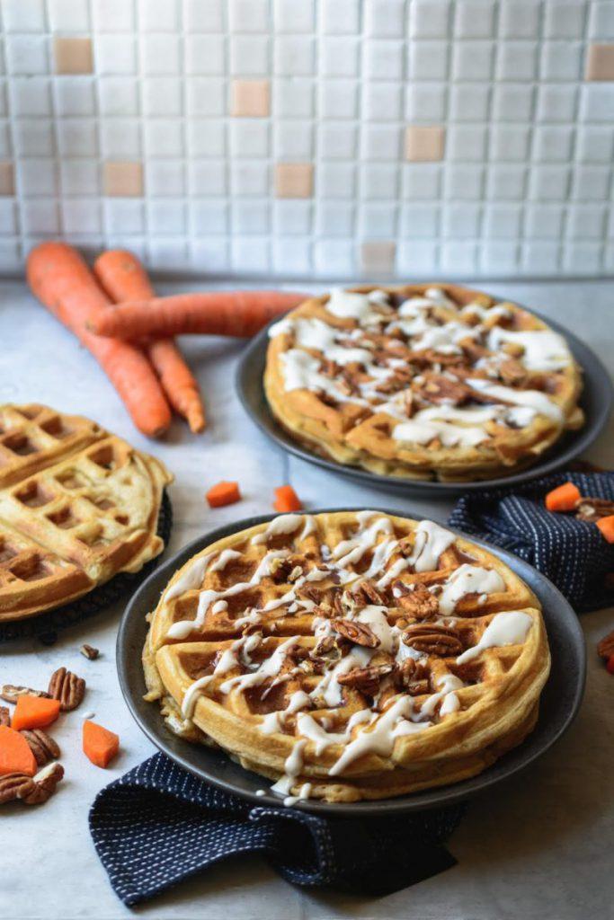 Carrot Cake Waffeln mit Sauerrahm und Pekannüssen