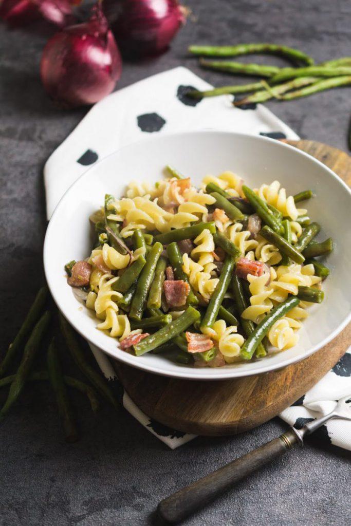 Rezepte für schnelle Nudelpfanne mit grünen Bohnen und Speck