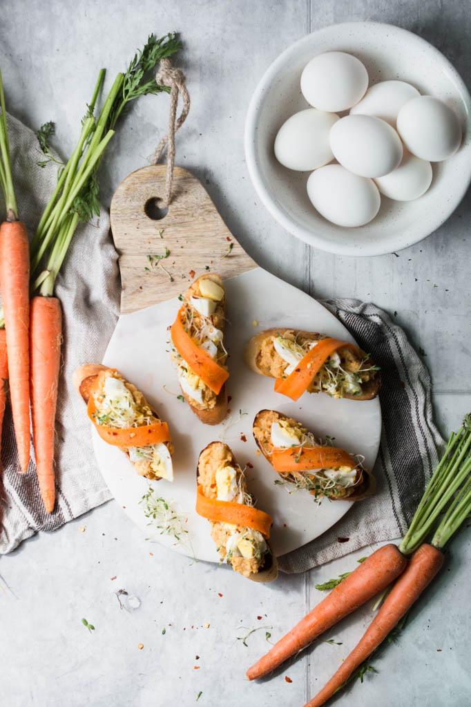 Frühlings Bruschetta mit Ei, Kichererbsen und Sprossen, Bruschetta Ostern, Rezept Osterbrunch