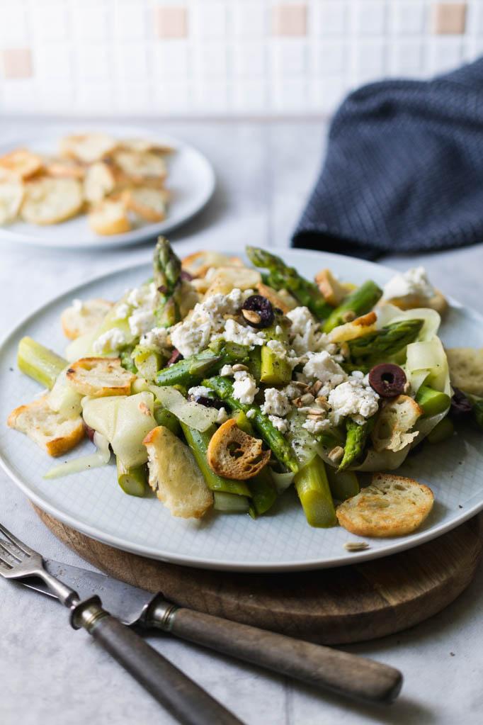 Grüner Spargelsalat mit Brotchips und Feta, Brotsalat mit Spargel