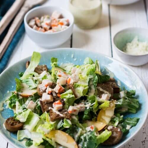 Sommerlicher Ceasar Salad mit Hähnchenbrust und Nektarinen