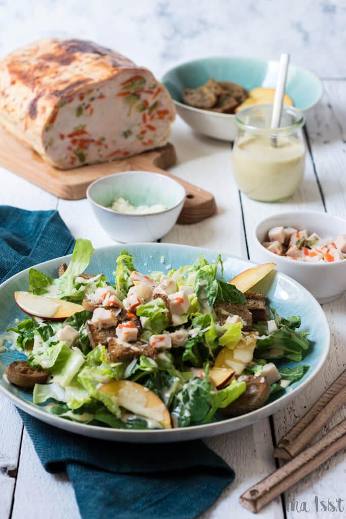 Sommerlicher Caesar Salad mit Hähnchenbrust und Nektarinen