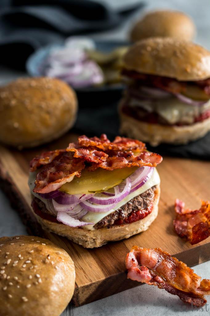 Bacon Burger mit rauchigem Ketchup und Roggenbun