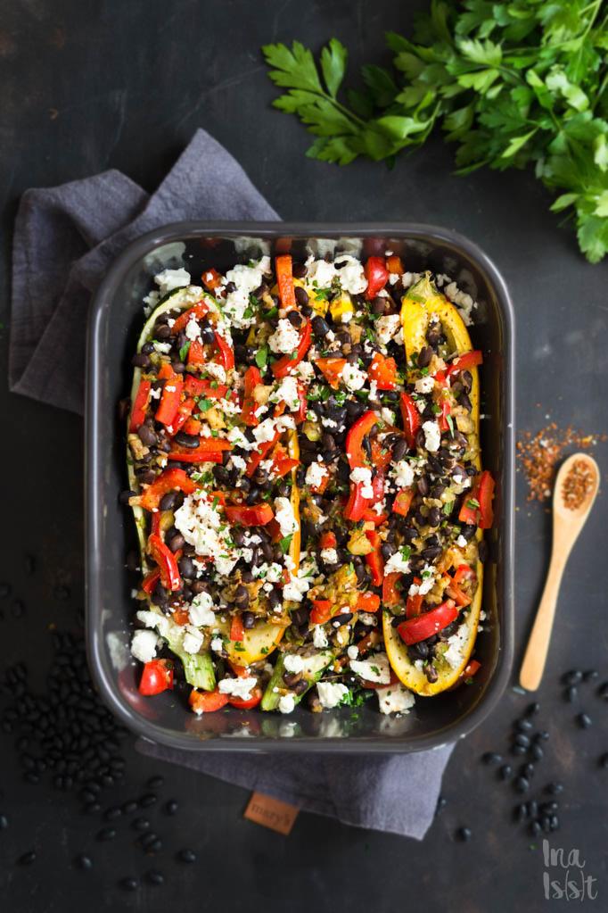 Gefüllte Zucchini mit schwarzen Bohnen, Feta und Paprika