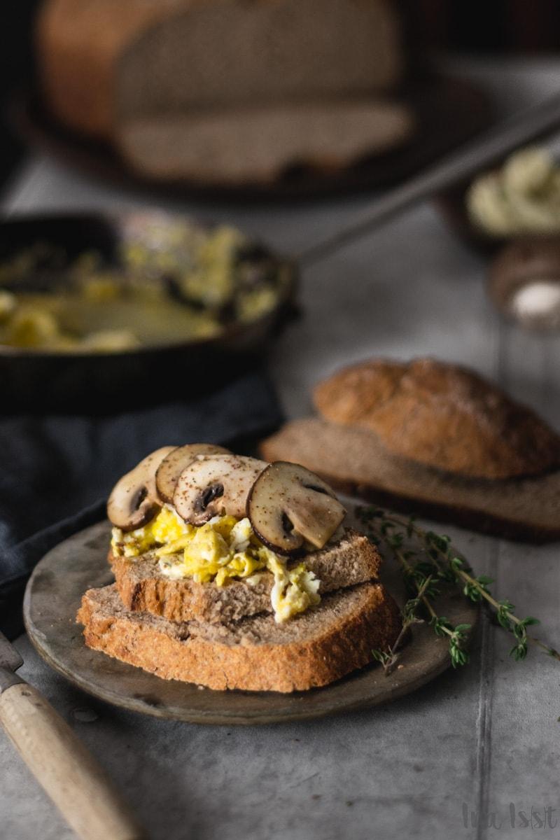 Buttermilchbrot mit Thymianbutter und Pilz-Rührei