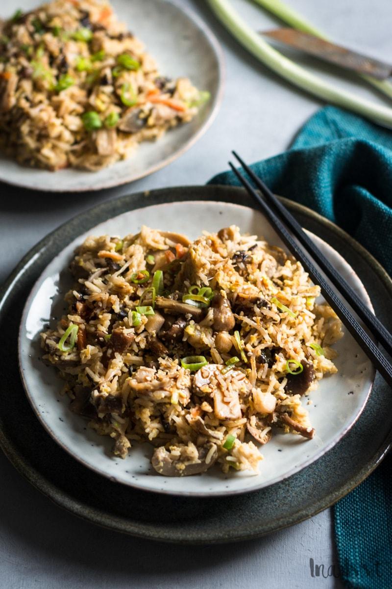Gebratener Reis mit gemischten Pilzen und Ei