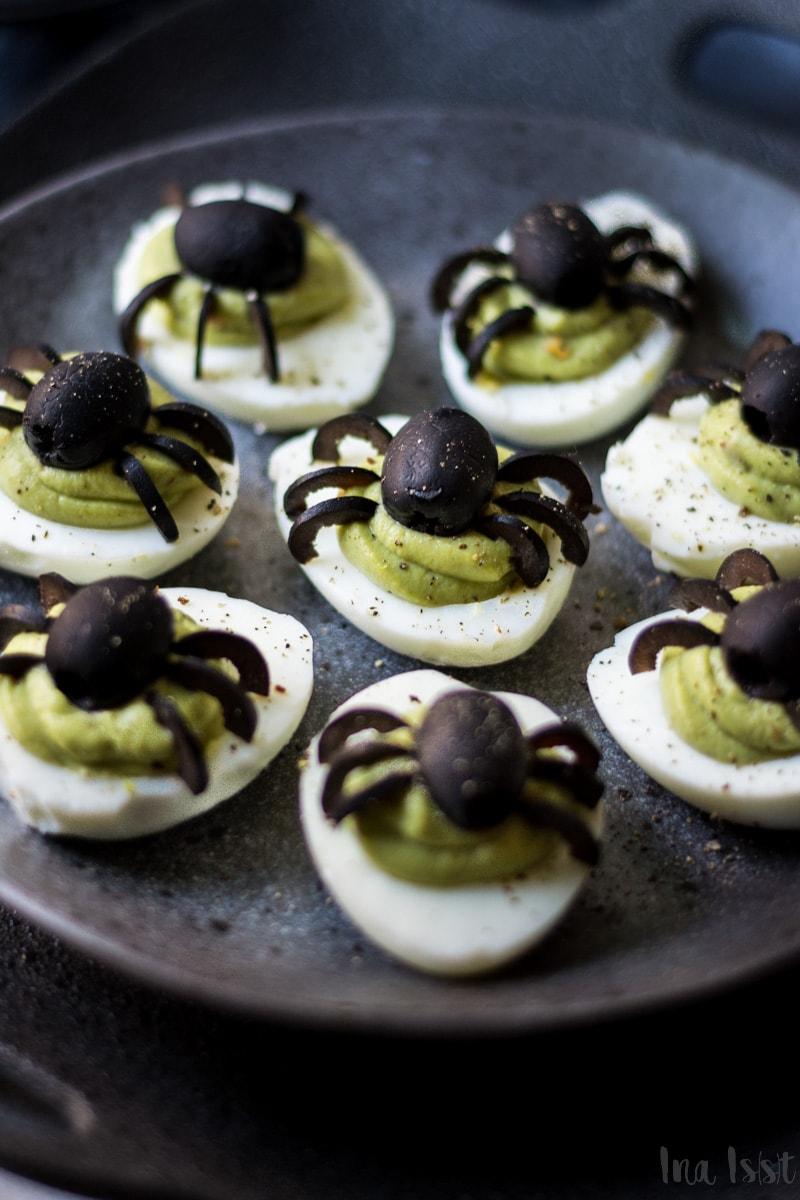 Halloween Fingerfood, gefüllte Spinnen Eier mit Avocadocreme, Halloweenrezept