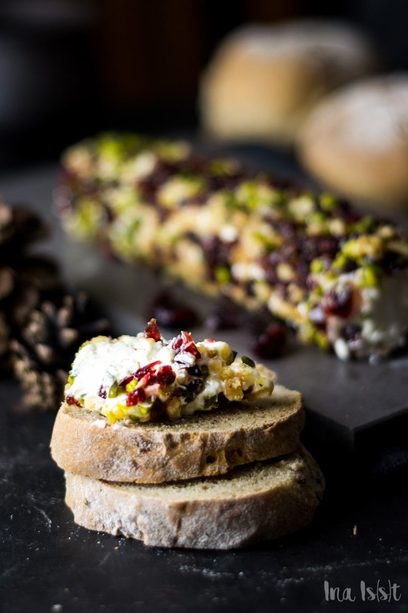 Frischkäserolle mit Cranberries, Honig und Pistazien, Vorspeise Weihnachten