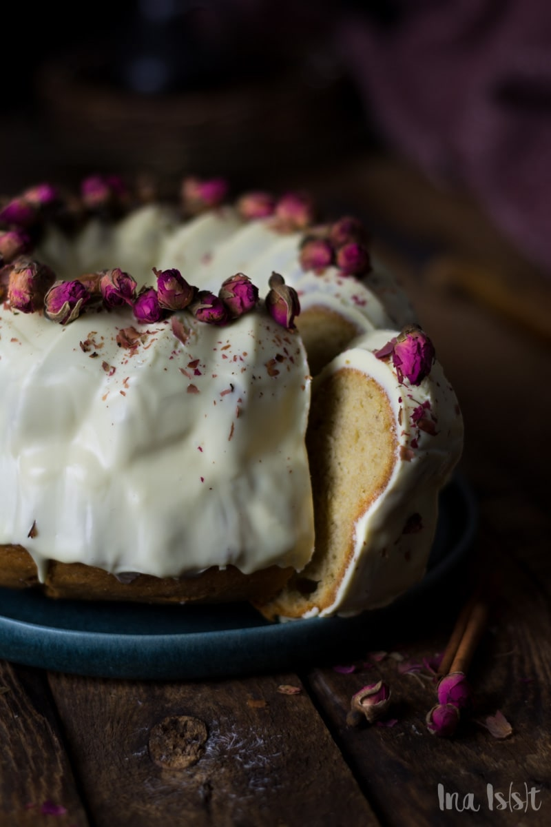 Weißer Schokoladen Gugelhupf mit Rose und Zimt