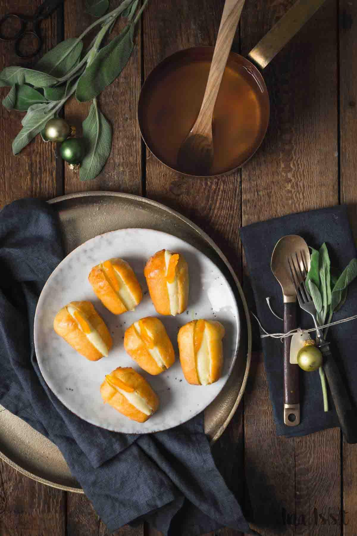 Rum Baba mit Vanillecreme und getrockneten Aprikosen