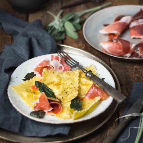 Ziegenkäse Ravioli mit Serrano Schinken, Birne und Salbei-Butter