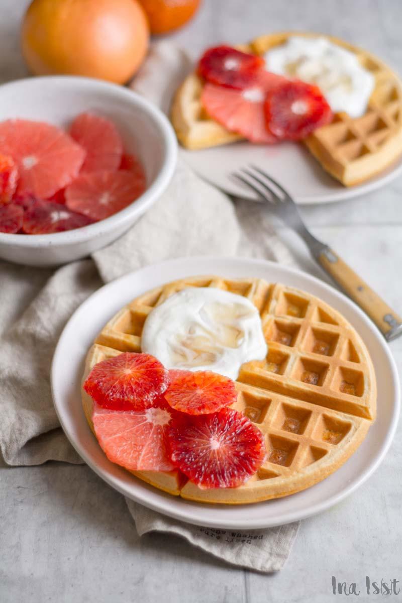 Rezept für Maismehl Waffeln mit Honig-Joghurt, Grapfruit und Blutorange