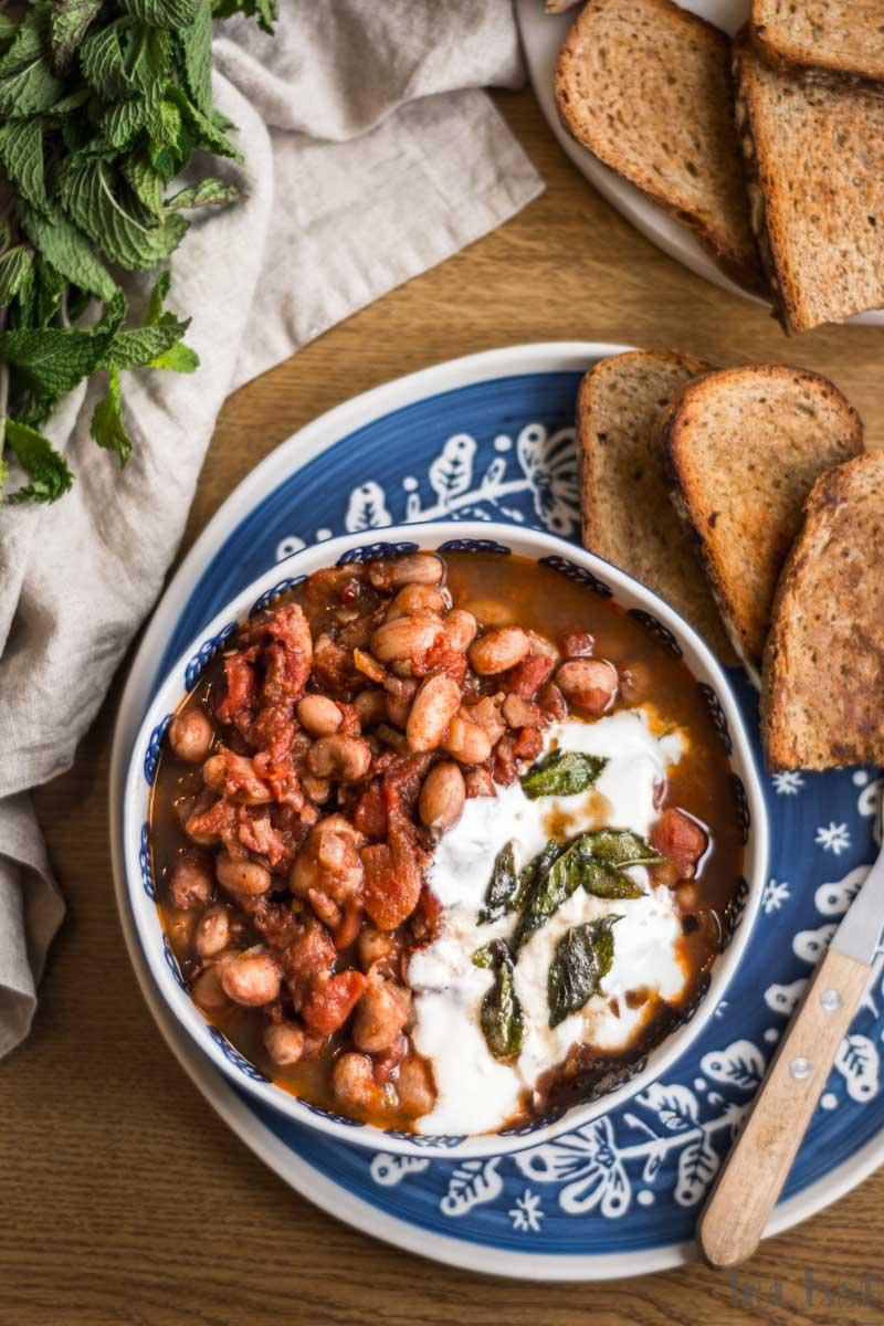 Rezept für Türkische Bohnen mit Tomaten, Joghurt und Minze, Türkischer Bohenneintopf