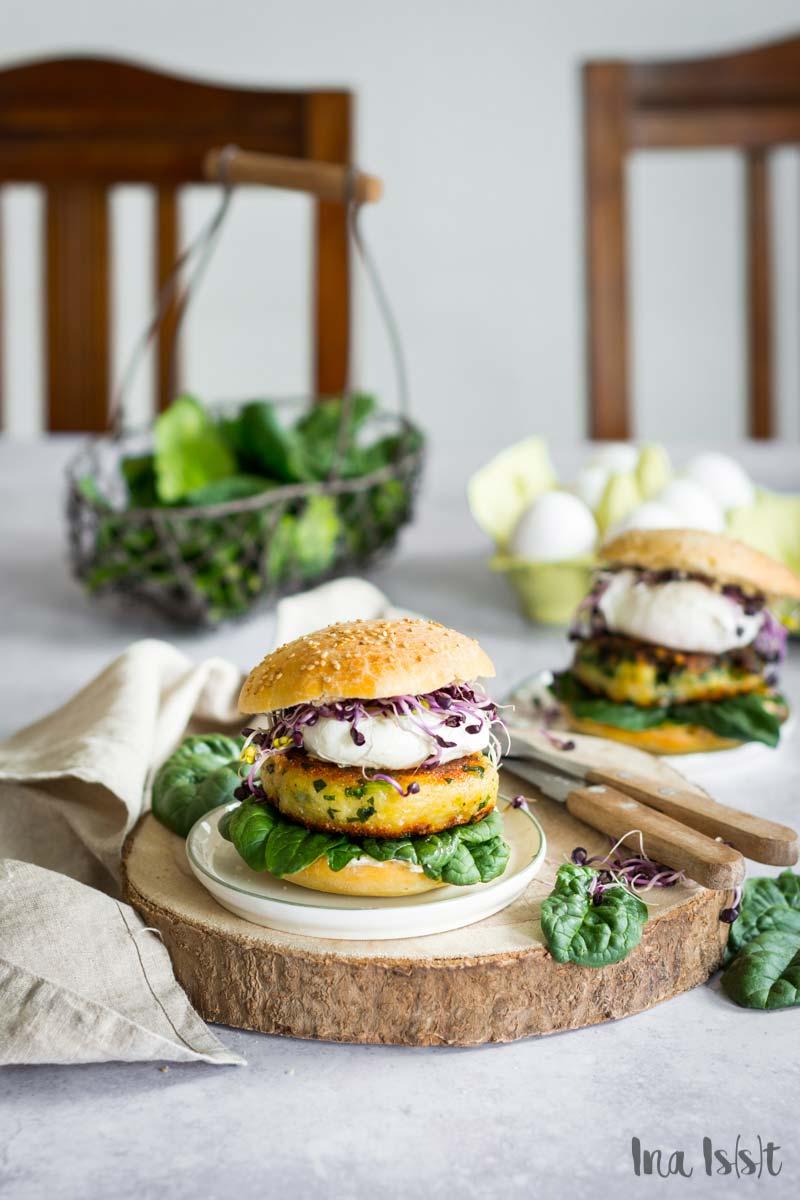 Popeye Burger mit Spinat Patty und pochiertem Ei, Vegetarischer Burger, Spinat Burger
