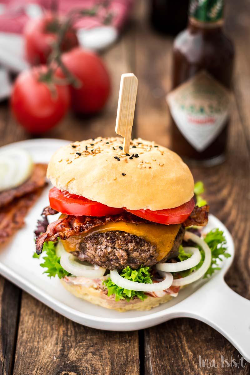 BLT Cheeseburger mit Tabasco Bacon, Klassischer Cheeseburger auf Holzuntergrund, #cheeseburger #BLT