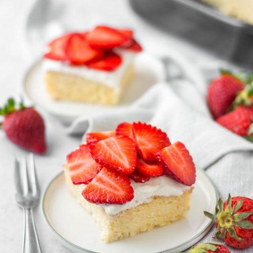Tres Leches Cakes, Dreierlei Milchkuchen, Biskuitkuchen mit Erdbeeren