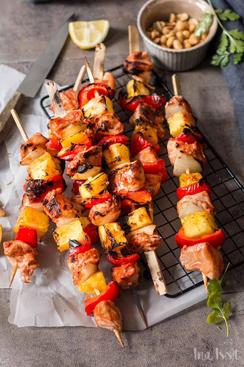 Asiatische Hähnchenspieße süß-sauer mit Ananas auf Gitterrost, Hähnchenspieße vom Grill