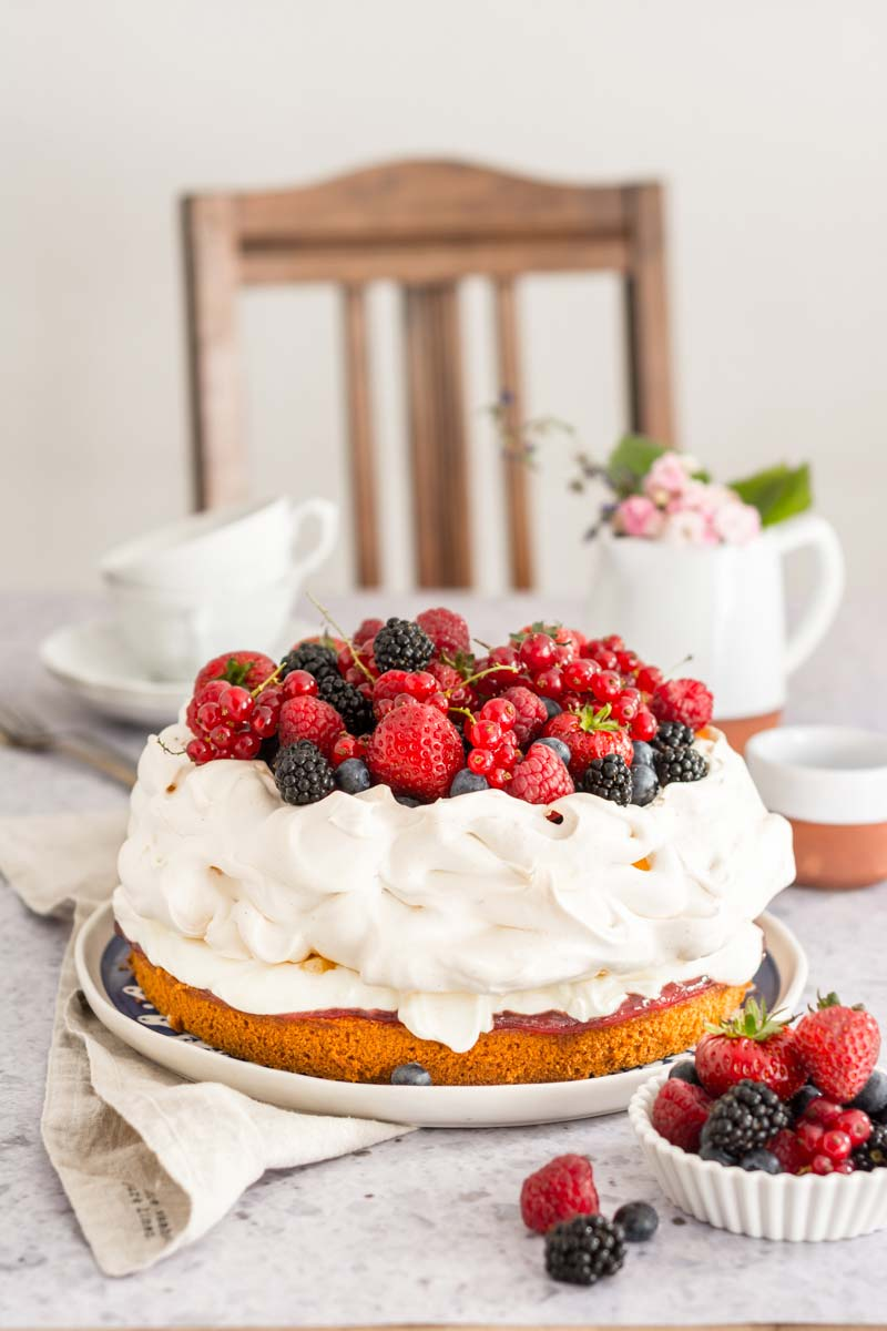 Pavlova Torte mit Zitronencreme und Beeren, Rezept Baiser Pavlova