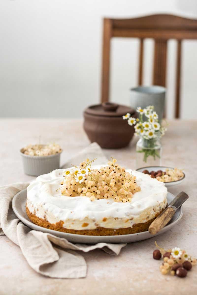 Baiser-Kuchen mit weißen Johannisbeeren und Haselnüssen
