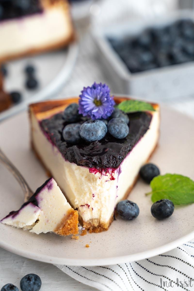 Blaubeer-Käsekuchen mit Keksboden auf hellem Holz, Käsekuchen mit Heidelbeeren, Bluebeery Cheesecake, #käsekuchen