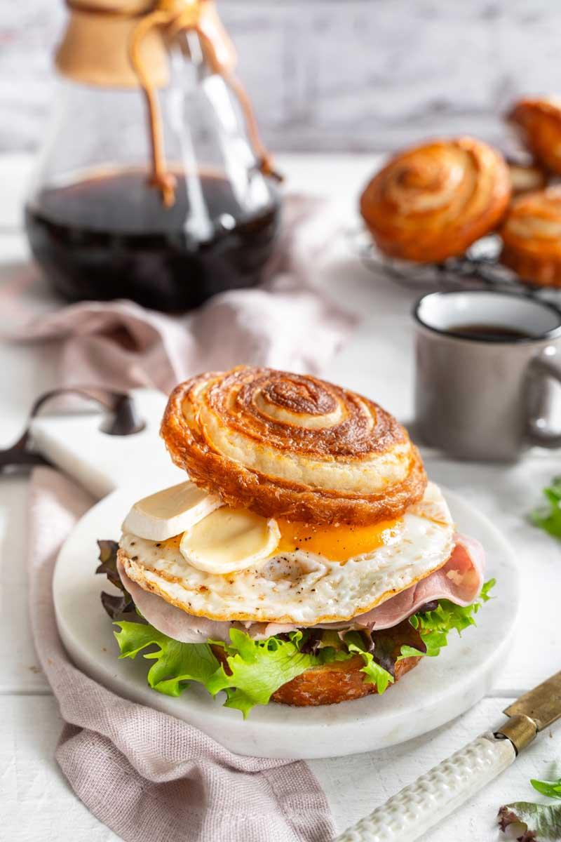 Ham & Cheese Frühstücksburger mit Laugen-Croissant-Bun, Croissant Brötchen, Frühstücks Burger, Croissant Burger, Breakfast Burger, #croissantbun, #laugenbun, #fruehstuecksburger