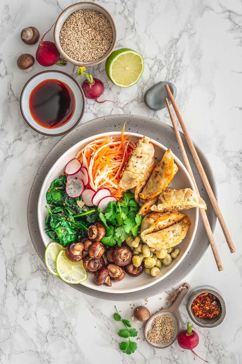 Einfache Gyoza Bowl mit frischem Gemüse, Dumplings, Asiatische Bowl, #bowl, #noodlebowl