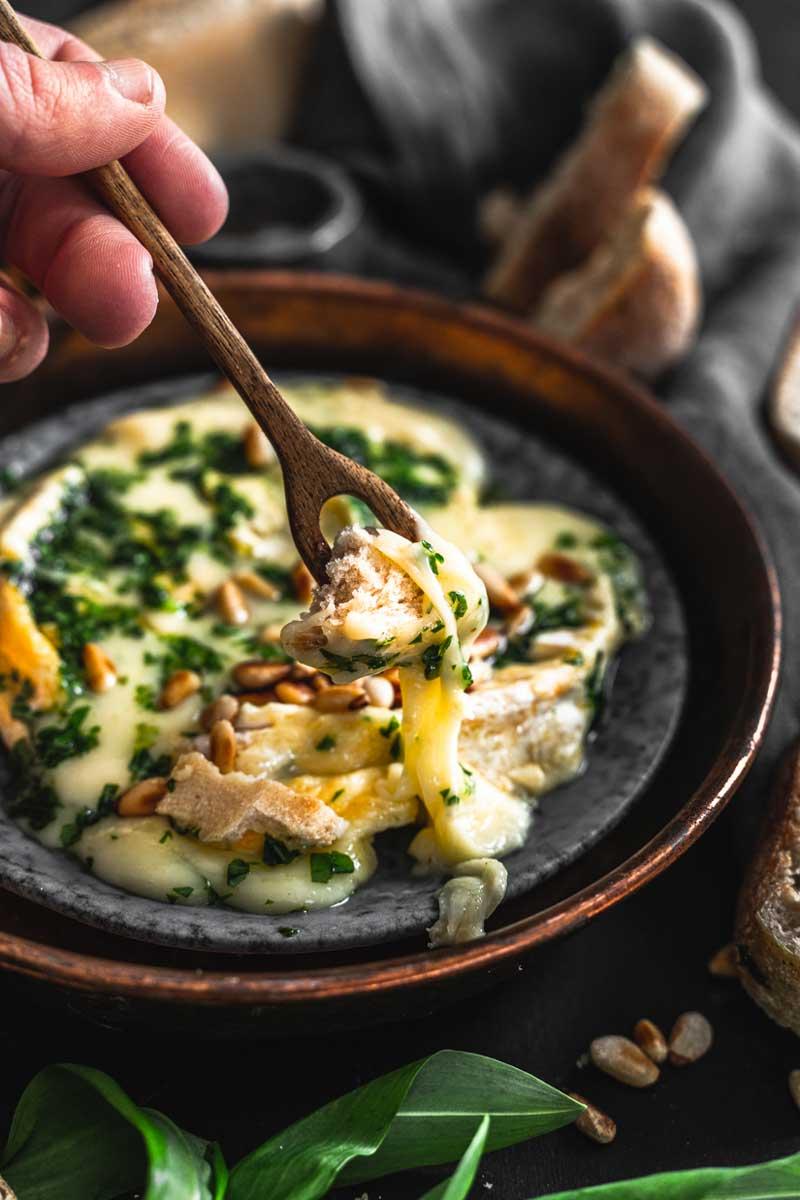 Ofenkäse selber machen mit Bärlauch und Pinienkernen, Ofenkäse Rezept, Ofenkäse mit Kräutern, #ofenkäse