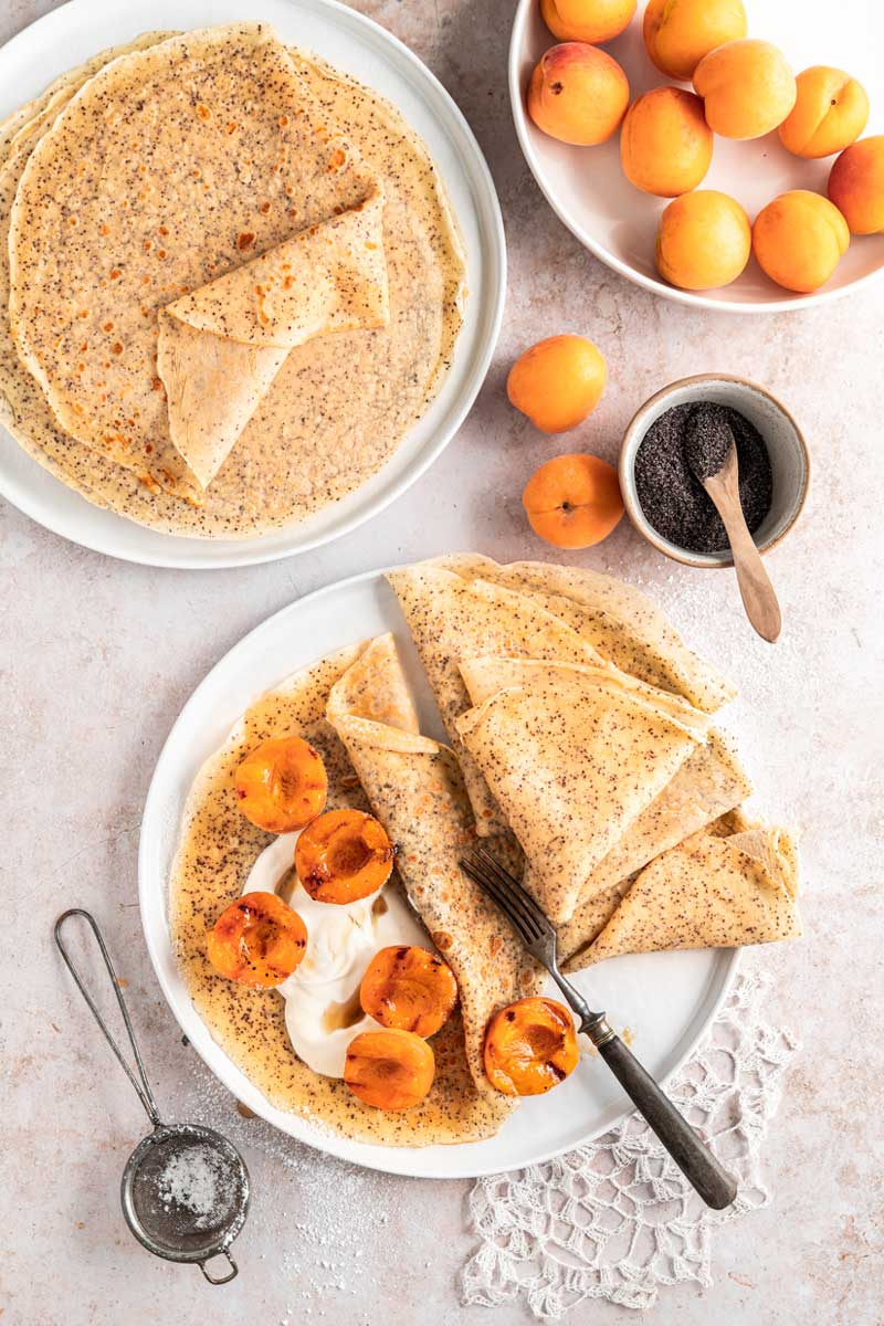 Crêpe mit Mohn und gegrillten Aprikosen, Palatschinken, Pfannkuchen mit Mohn, Obst grillen, #crêpe, #aprikosen, #palatschinken
