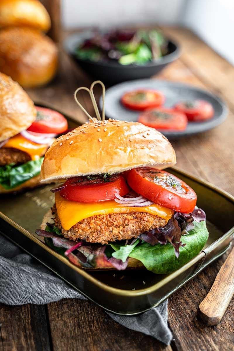 Crispy Tofu Burger mit gegrillten Tomaten und Cheddar, Tofuburger, Vegetarischer Burger, #burger, #tofu, #tofuburger