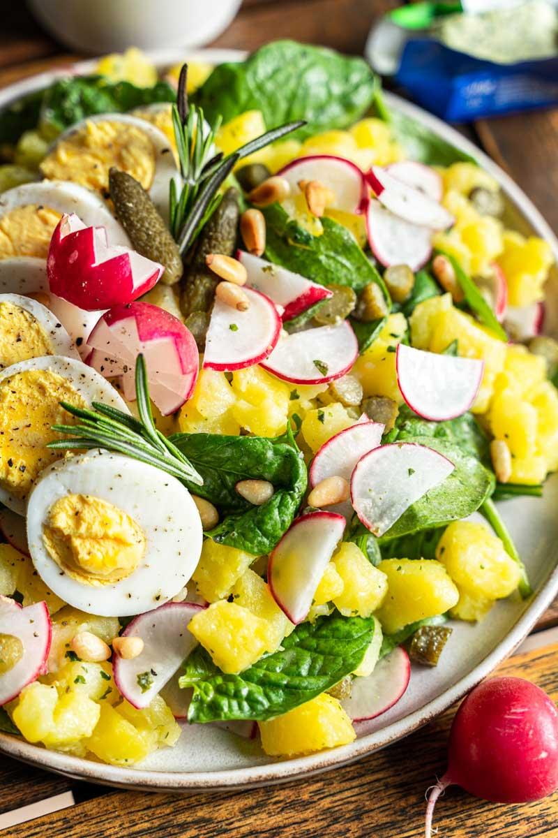 Lauwarmer Kartoffelsalat mit Kräuterbutter und Spinat, #kartoffelsalat, #kräuterbutter, Einfacher Kartoffelsalat, Herbstlicher Kartoffelsalat